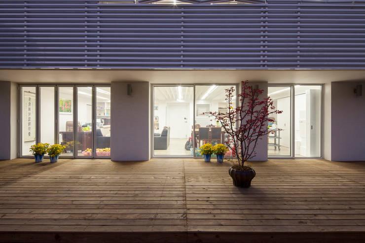 마당있는 집: 스마트건축사사무소의  베란다
