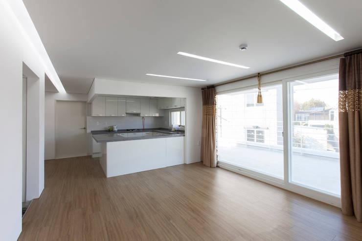 마당있는 집: 스마트건축사사무소의  거실