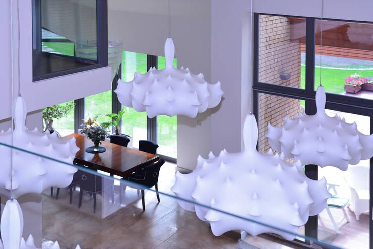 Rezydencja z basenem nad Zalewem Szczecińskim: styl , w kategorii Jadalnia zaprojektowany przez Architektura Wnętrz Daria Zaremba,