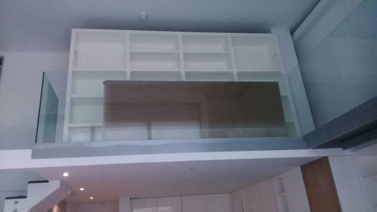 Entrada con la gran libreria a la pasarela, que fué un gran reto.: Balcones y terrazas de estilo  de key home designers