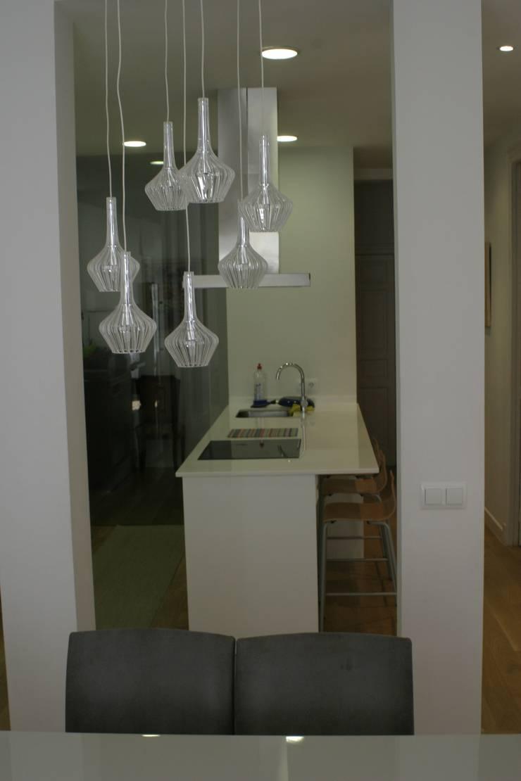 REFORMA APARTAMENTO. C/LAGASCA. MADRID. 2012: Cocinas de estilo  de Bescos-Nicoletti Arquitectos