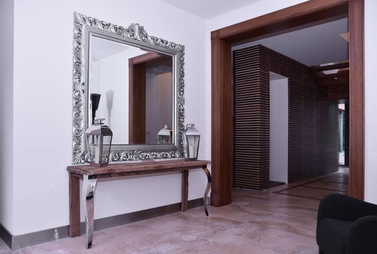 Rezydencja z basenem nad Zalewem Szczecińskim: styl , w kategorii Korytarz, przedpokój zaprojektowany przez Architektura Wnętrz Daria Zaremba,