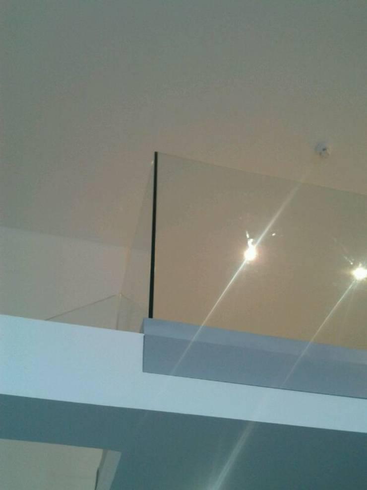 Nueva barandilla de cristal: Pasillos y vestíbulos de estilo  de key home designers