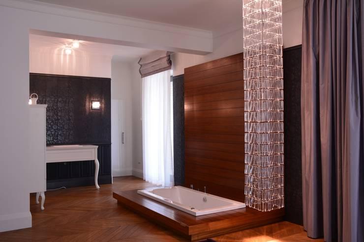 Rezydencja z basenem nad Zalewem Szczecińskim: styl , w kategorii Łazienka zaprojektowany przez Architektura Wnętrz Daria Zaremba