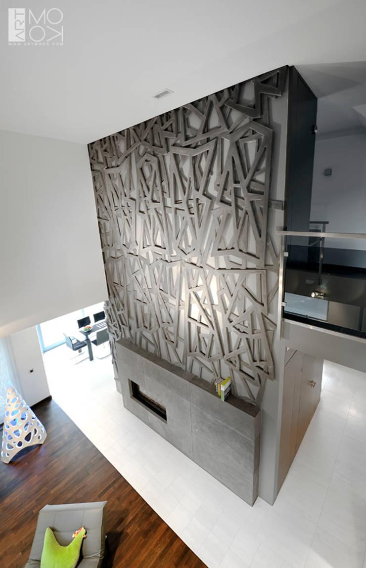 Geometryczna rzeźba nad kominkiem: styl , w kategorii Salon zaprojektowany przez Pracownia projektowa artMOKO