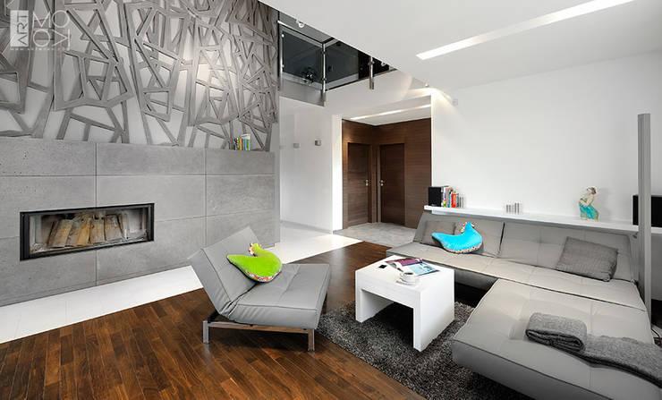 Salon z nowoczesnym kominkiem: styl , w kategorii Salon zaprojektowany przez Pracownia projektowa artMOKO