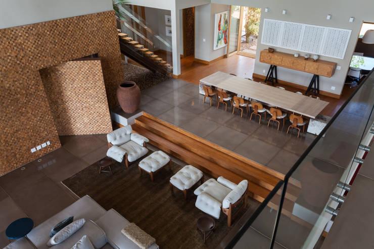 Fazenda em Bandeirantes - PR: Salas de estar  por Beth Nejm