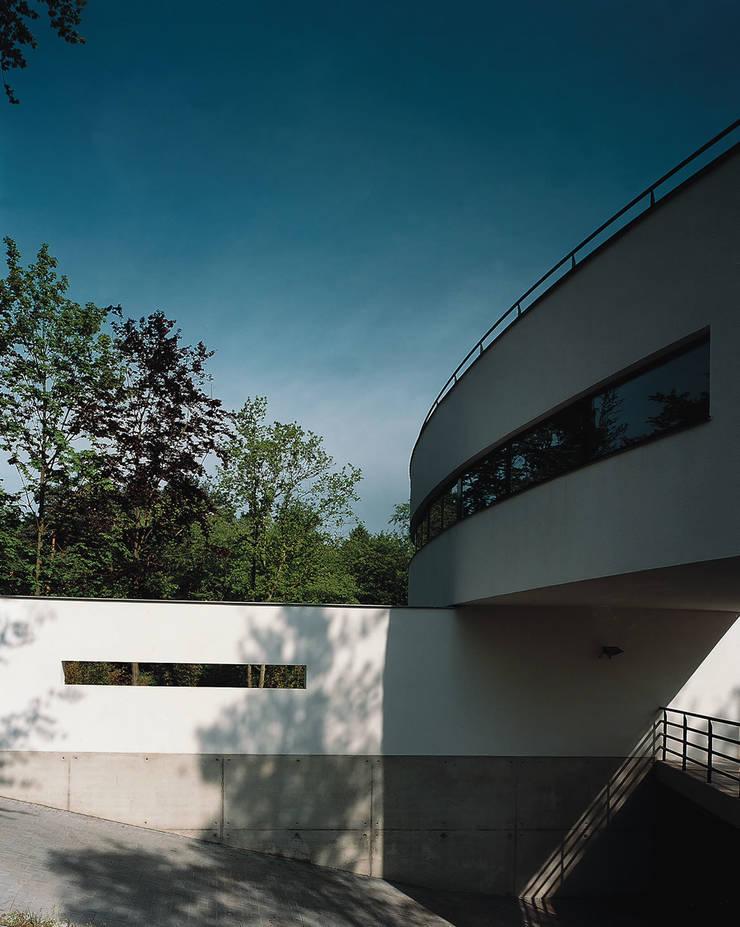 Inrit garage:  Huizen door Lab32 architecten, Modern
