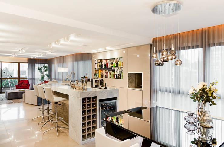 Cave à vin de style de style Moderne par Mundstock Arquitetura