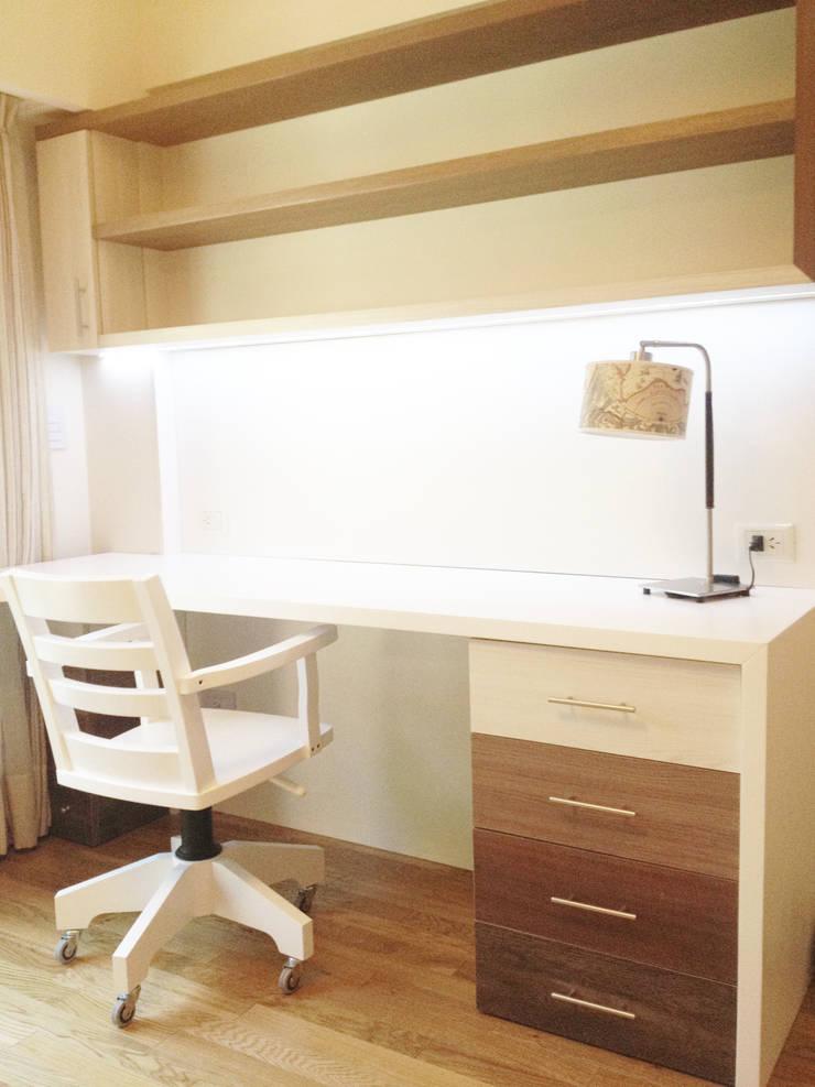 Espacio de trabajo, escritorio, taller, oficina.: Estudio de estilo  por Nicolas Pierry: Diseño y Decoración de Interiores