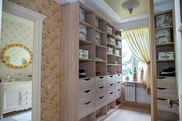 Vestidores y closets de estilo  por Фотограф Анна Киселева