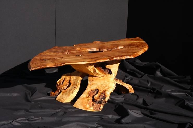 TABLE  BASSE: Salon de style  par Ebenisterie Yann Rubiella