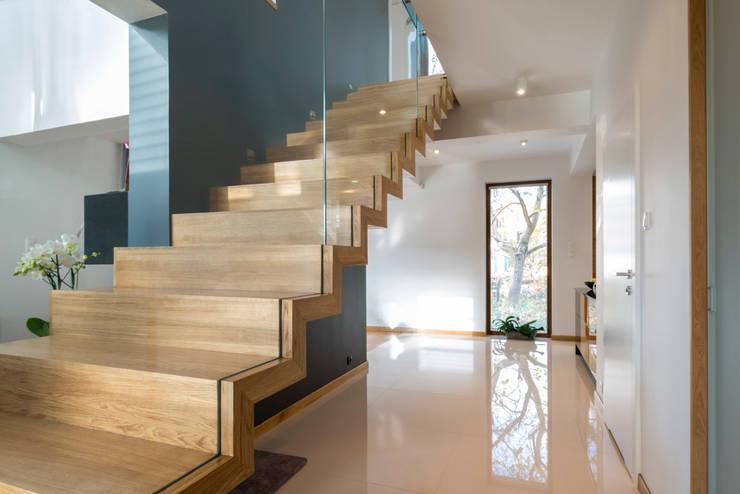 Nowoczesne schody dywanowe wykonane z dębu. Hardcube Project Factory: styl , w kategorii Korytarz, hol i schody zaprojektowany przez Project Factory
