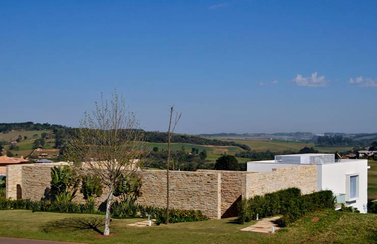 Vista fachada externa: Casas  por Maurício Queiróz,Moderno