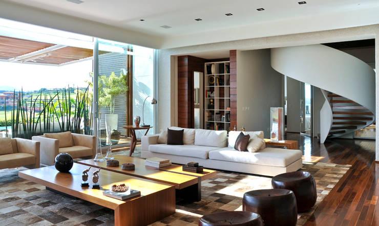 Sala de estar: Salas de estar  por Maurício Queiróz,Moderno