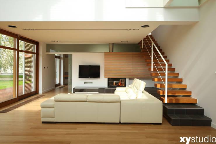 Dom jednorodzinny na Kabatach w Warszawie: styl , w kategorii Salon zaprojektowany przez xystudio,