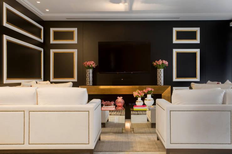 Apartamento  Florianópolis   Misturando o clássico e o contemporâneo. : Salas de estar  por Roberta  Zimmermann Buffon