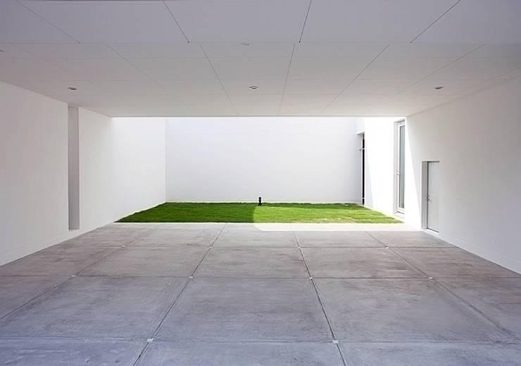 コートハウス: 中島健アトリエ 一級建築士事務所が手掛けたガレージです。,モダン