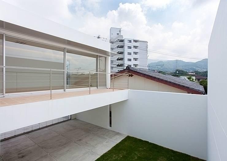 コートハウス: 中島健アトリエ 一級建築士事務所が手掛けたテラス・ベランダです。,モダン