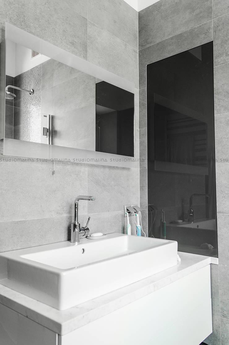Przedwojenna kamienica : styl , w kategorii Łazienka zaprojektowany przez Studio Malina,