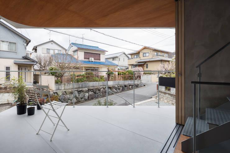 あやめ池の家: KOMATSU ARCHITECTSが手掛けたテラス・ベランダです。,モダン