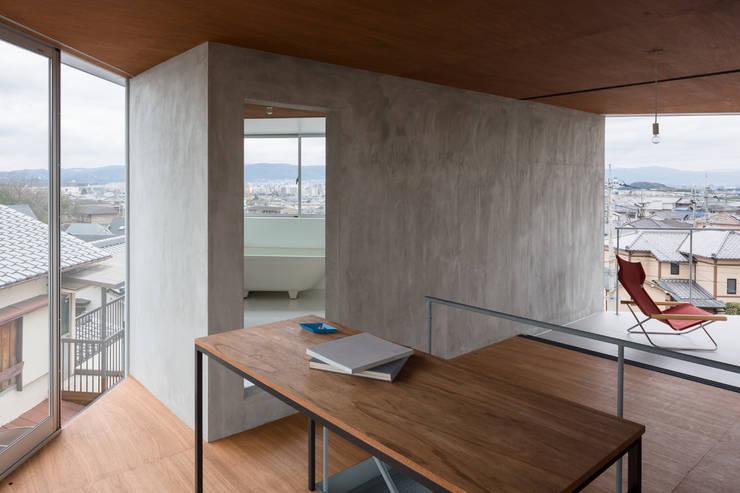 あやめ池の家: KOMATSU ARCHITECTSが手掛けたリビングです。,モダン
