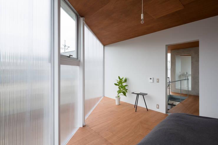 あやめ池の家: KOMATSU ARCHITECTSが手掛けた寝室です。,モダン