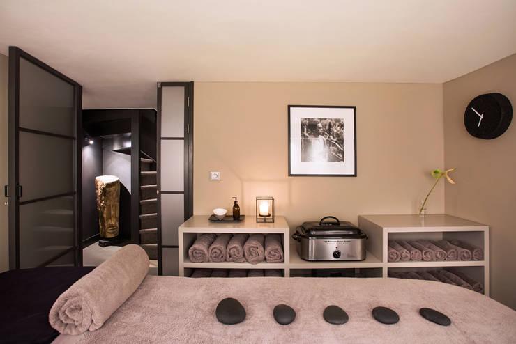 Massage room:  Gezondheidscentra door SZIdesign