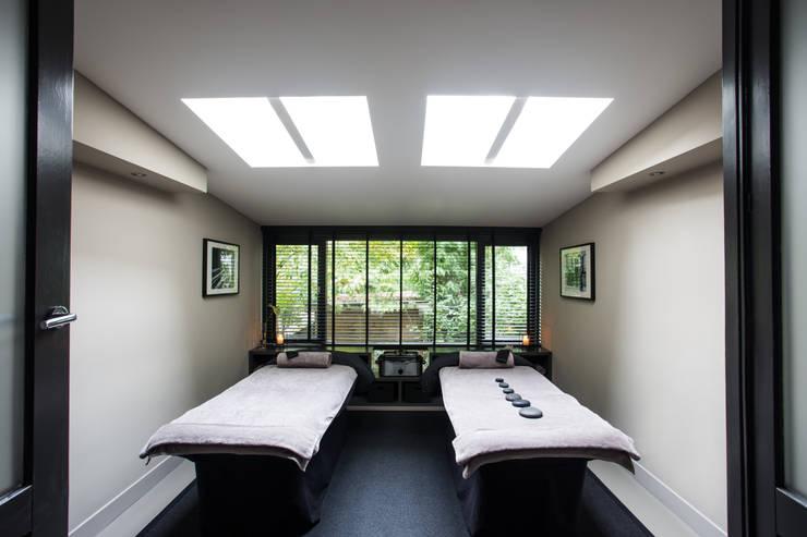 Double massage room:  Gezondheidscentra door SZIdesign