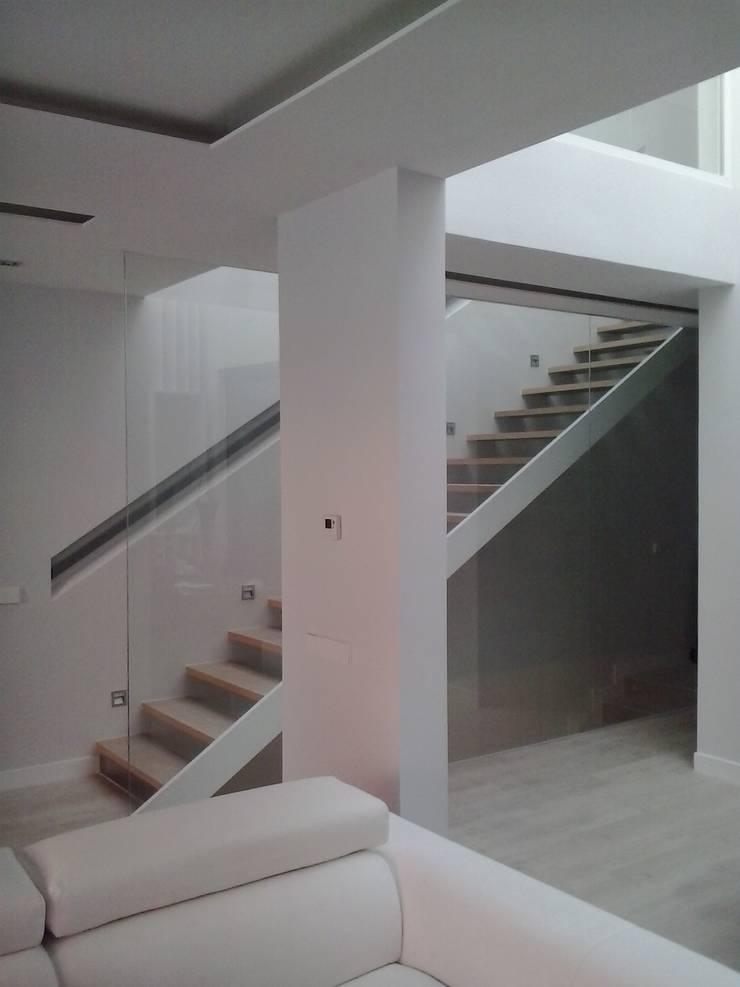 DOS VIVENDAS UNIFAMILIARES ADOSADAS. VALDEBEBAS. MADRID. EN CONSTRUCCION: Pasillos y vestíbulos de estilo  de Bescos-Nicoletti Arquitectos