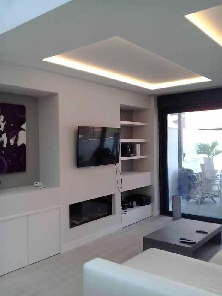 DOS VIVENDAS UNIFAMILIARES ADOSADAS. VALDEBEBAS. MADRID. EN CONSTRUCCION: Salones de estilo  de Bescos-Nicoletti Arquitectos