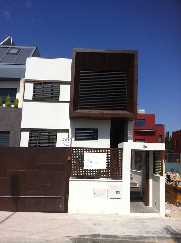 DOS VIVENDAS UNIFAMILIARES ADOSADAS. VALDEBEBAS. MADRID. EN CONSTRUCCION: Casas de estilo  de Bescos-Nicoletti Arquitectos