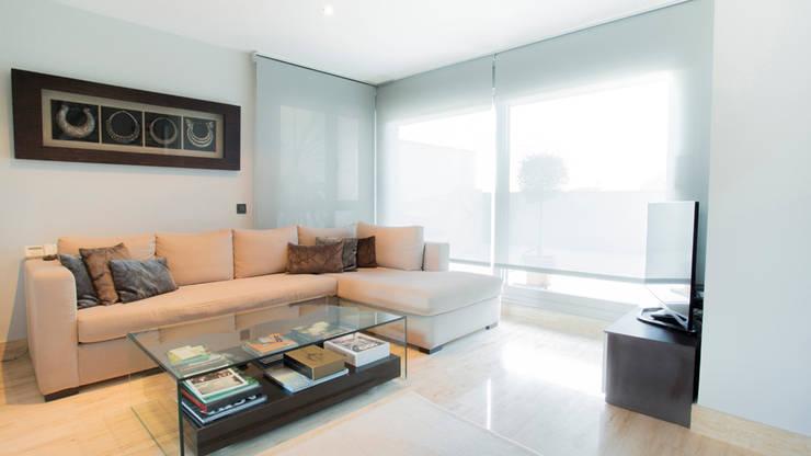 Acabados en zona de salón: Salones de estilo  de Empresa constructora en Madrid