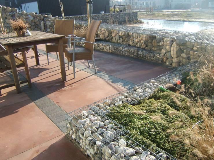 Hele kleine achtertuin vloeit over naar openbare ruimte.:  Tuin door Bladgoud-tuinen, Modern