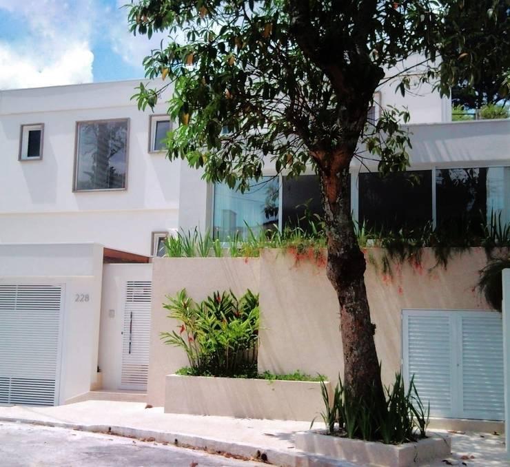 CASA URBANA EM RUA TRANQUILA: Casas  por Kika Prata Arquitetura e Interiores.