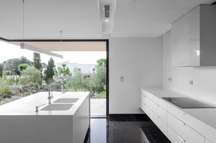 Casa em Belas, Sintra: Cozinhas minimalistas por Estúdio Urbano Arquitectos