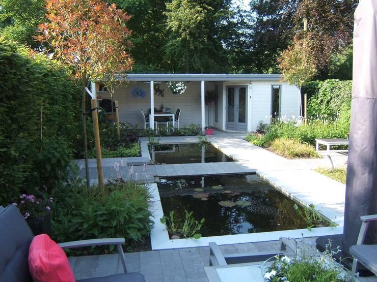 Klein achtertuin met grote waterpartij: moderne Tuin door Bladgoud-tuinen