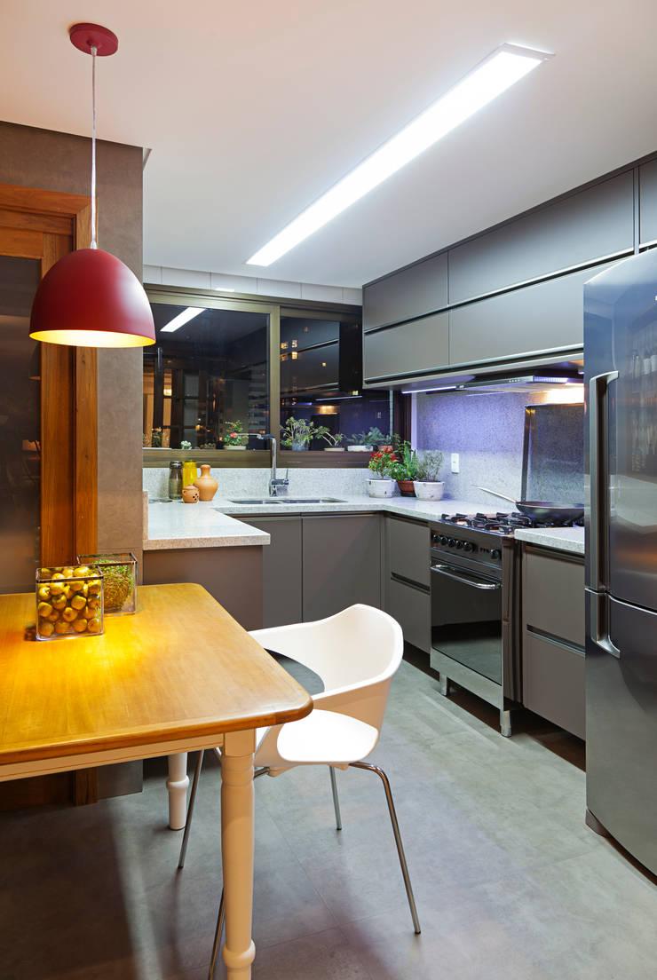 Apartamento Mont Serrat 2 - Porto Alegre - RS: Cozinhas  por Mundstock Arquitetura