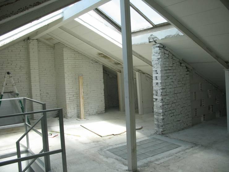 REFORMA VIVIENDA UNIFAMILIAR ADOSADA. EL SOTO DE LA MORALEJA. MADRID. 2007:  de estilo  de Bescos-Nicoletti Arquitectos