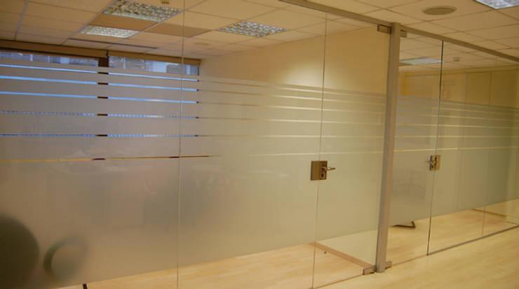 Cerramiento oficinas: Oficinas y Tiendas de estilo  de Gramil Interiorismo II - Decoradores y diseñadores de interiores