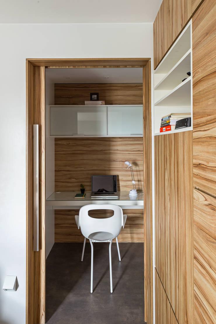 Apartamento TJ: Corredor, vestíbulo e escadas  por BEP Arquitetos Associados,