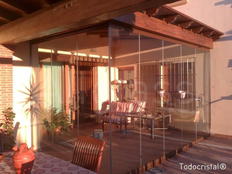 VERANDA: Casas de estilo moderno de ALLGLASS CONFORT SYSTEM