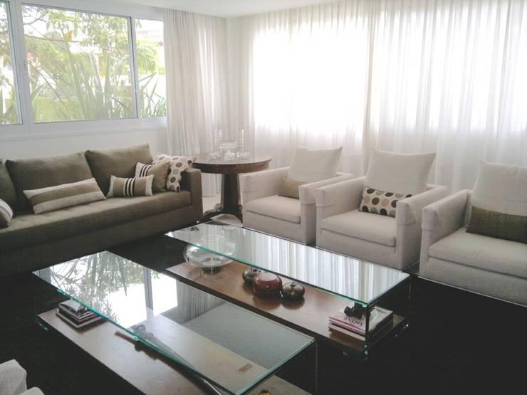 CASA URBANA EM RUA TRANQUILA: Sala de estar  por Kika Prata Arquitetura e Interiores.