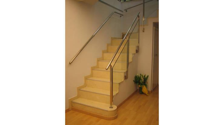 Escaleras almacén: Vestíbulos, pasillos y escaleras de estilo  de Gramil Interiorismo II - Decoradores y diseñadores de interiores