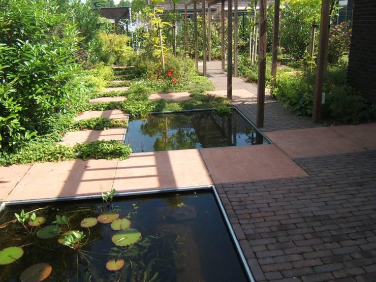 Jardines de estilo  por Bladgoud-tuinen