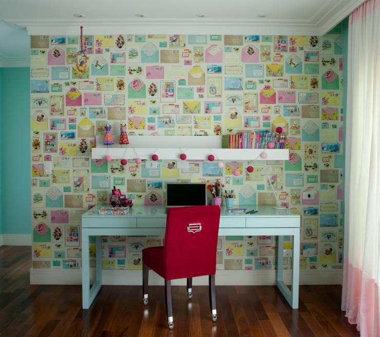 Escrivaninha da menina: Quarto de crianças  por Vilma Massud Design de Interiores