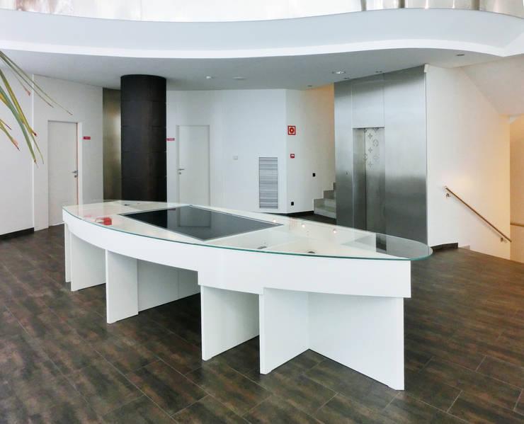 Louis Vuitton Spain - Mesa multimedia interactiva (táctil): Oficinas y Tiendas de estilo  de Daifuku Designs
