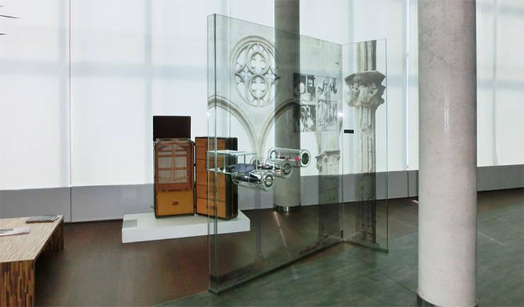 Louis Vuitton Spain - mampara de vidrio expositor - tema: origen artesanal del trabajo del cuero en Catalunya: Oficinas y Tiendas de estilo  de Daifuku Designs