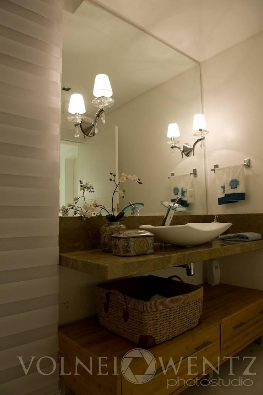 A15 Residência: Banheiros  por Canisio Beeck Arquiteto