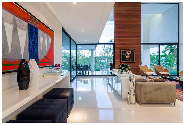 Salas / recibidores de estilo  por Larissa Maffra